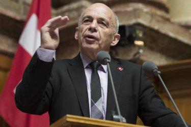 Парламентът на Швейцария избра за президент финансовия министър Ули Маурер