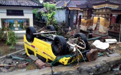 Стотици жертви на цунами в Индонезия