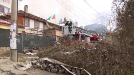Четири къщи изгоряха при голям пожар във Велико Търново