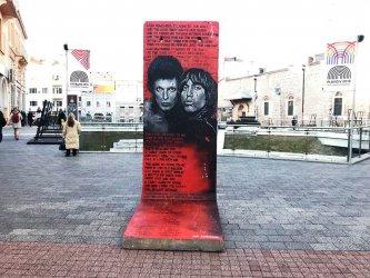 Пътуващата колекция с фрагменти от Берлинската стена се настанява в Пловдив (снимки)