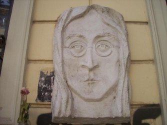 Барелеф на Джон Ленън изчезна от центъра на София