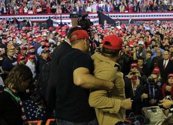 Оператор на Би Би Си нападнат по време на митинг на Тръмп в Тексас