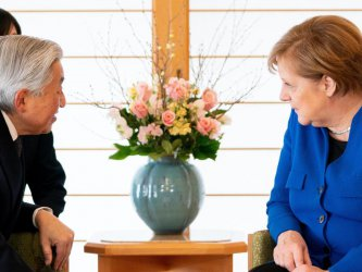 Меркел се срещна с японския император
