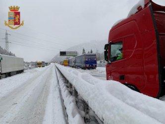 Хиляди коли бяха блокирани от снега на магистрала в Италия