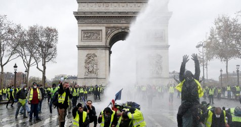 """Жълтите жилетки"" пак в действие: Седяща стачка до Айфеловата кула и мобилизация на жените"