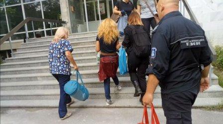 Как се ползва тоалетна с ръцете на гърба, пита Иванчева