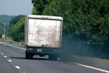 Камионите длъжни да орежат с близо 1/3 въглеродните си емисии