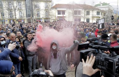 Хиляди на протест в Албания срещу правителството