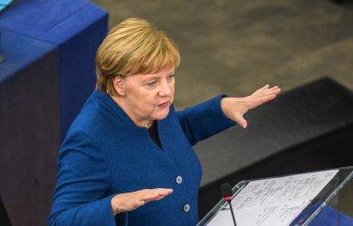 Меркел се солидаризира с Юнкер в спора с Унгария