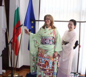Захариева облече кимоно с български мотиви за олимпийците ни в Токио