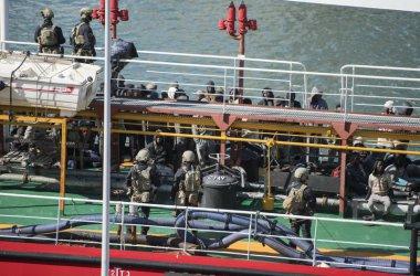 Малтийски военни щурмуваха отвлечен от мигранти в Средиземно море танкер