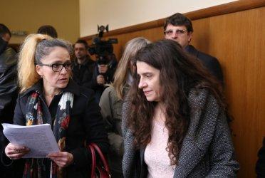 Съдът търси чий е чуждият почерк в тефтерчето на Иванчева