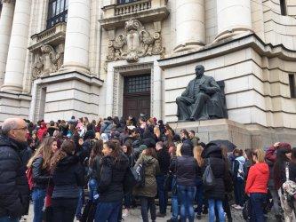 Местата в университетите намаляват, частният прием остава раздут