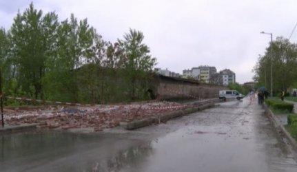 Ограда на бивше поделение се срути и уби човек в Хасково