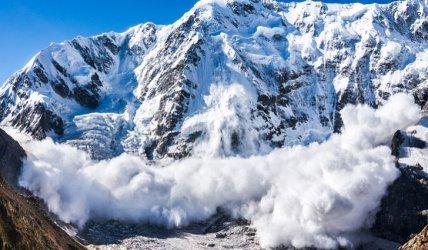 Четирима души загинаха от лавина в Алпите