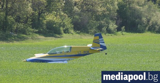 Двама души загинаха, след катомалък самолет падна в землището край