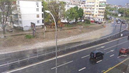 Прясно ремонтиран булевард във Варна се наводни след първия дъжд
