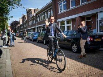 Премиерът на Холандия отиде да гласува на велосипед
