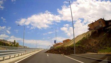 След водопада и свлачище засипа новия булевард на Варна (ВИДЕО)