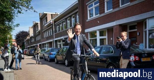 Премиерът на Холандия Марк Рюте пристигна днес на велосипед до