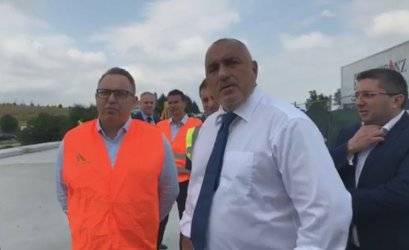 """Премиерът се тагна със строителни работници на магистрала """"Тракия"""" (видео)"""