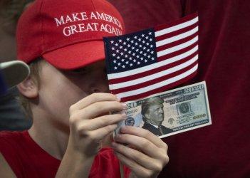 Тръмп тръгна към нов мандат с рефрена: Всички ни завиждат, а демократите ще ни унищожат