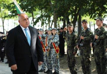 Рожденикът Борисов пак гледа военно учение