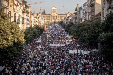 Хиляди чехи пак поискаха оставките на премиера и министърката на правосъдието