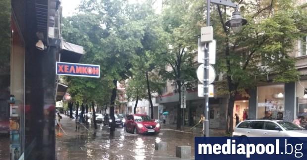 Силен дъжд и гръмотевична буря създадоха проблеми в понеделник в