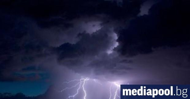 Жълт код за обилни валежи и гръмотревични бури е в