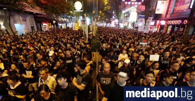 Хонконгската полиция започна да разчиства улиците от протестиращи, след като