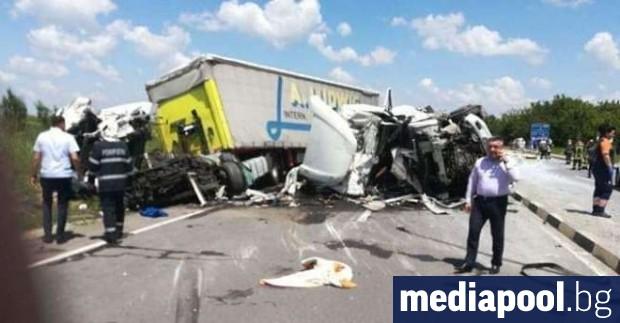 Катастрофа в Румъния между два български тира отне живота на