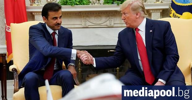 Американският президент Доналд Тръмп посрещна топло в Белия дом емира