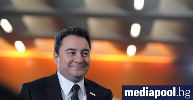 Бившият турски вицепремиер Али Бабаджан днес напусна редиците на управляващата