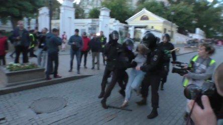 Полицай удря жена: Видеото, което разгневи Русия
