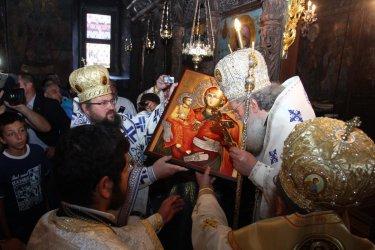 Хиляди се стичат в храмовете на Голяма Богородица