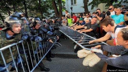 Путин на военен парад в Санкт Петербург, далеч от протестите и полицейското насилие в Москва