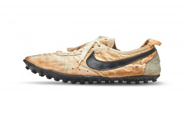 Чифт маратонки беше продаден за 437 500 долара