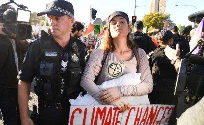 Десетки участници в протест за климатичните промени бяха арестувани в Австралия