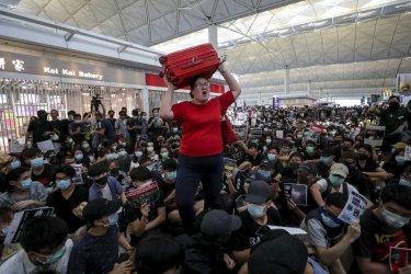 Протестиращите в Хонконг се завърнаха на летището