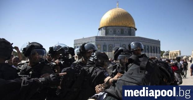 Сблъсъци избухнаха в неделя между израелски полицаи и палестински богомолци