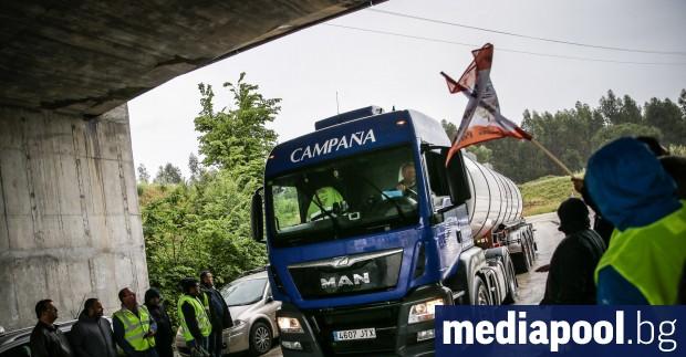 Една част от стачкуващите шофьори на камиони цистерни в Португалия