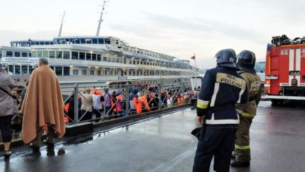 Пожар на руски туристически кораб взе една жертва