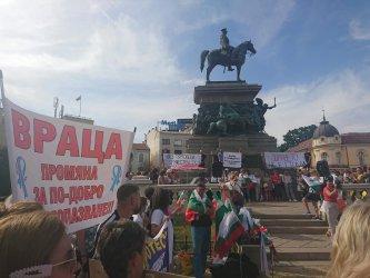 """Медицинските сестри продължават протеста си с """"ограмотяване"""" на депутатите"""