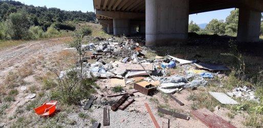 """Мостове под магистрала """"Струма"""" са превърнати в бунища"""