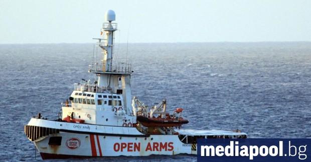 Близо 100-те мигранти от кораба на испанската неправителствена организация