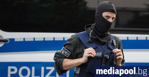 Германската полиция каза, че е застреляла мъж, който извадил оръжие,