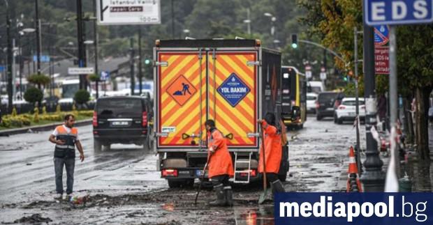 Проливният дъжд, изсипал се в събота в Истанбул, е засегнал