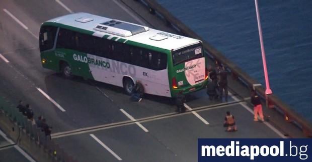 18 души бяха взети за заложници в автобус в Рио
