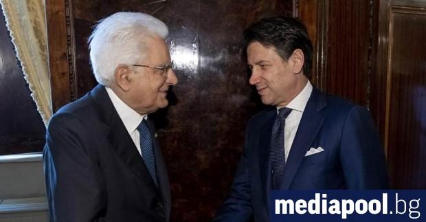 Италианският президент Серджо Матарела натовари официално в четвъртък досегашния премиер